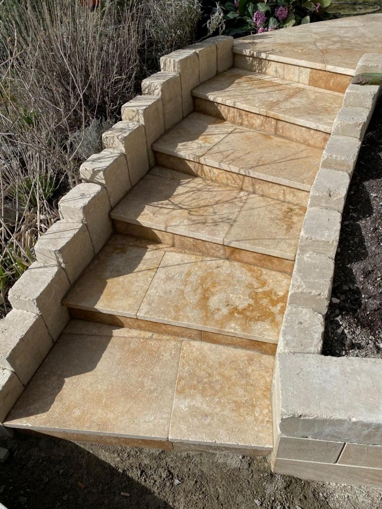 Gartentreppe aus Naturstein zur Terrasse