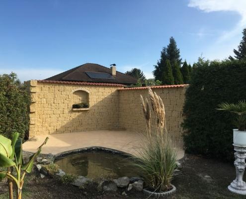 Terrasse aus Naturstein um Teich mit Natursteinmauer