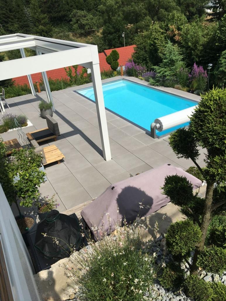 Beton-Terrasse mit Pool