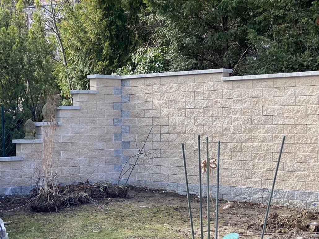 Betonsteinmauer als Grenzmauer
