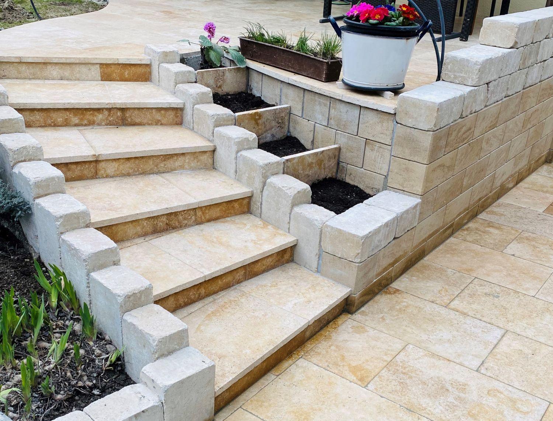 Betonsteinmauer und Treppe