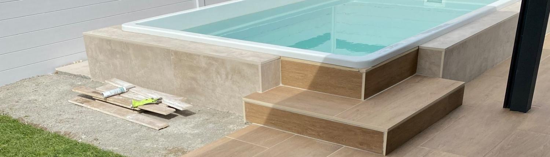 Polyesterpool mit Keramikplatten Treppe