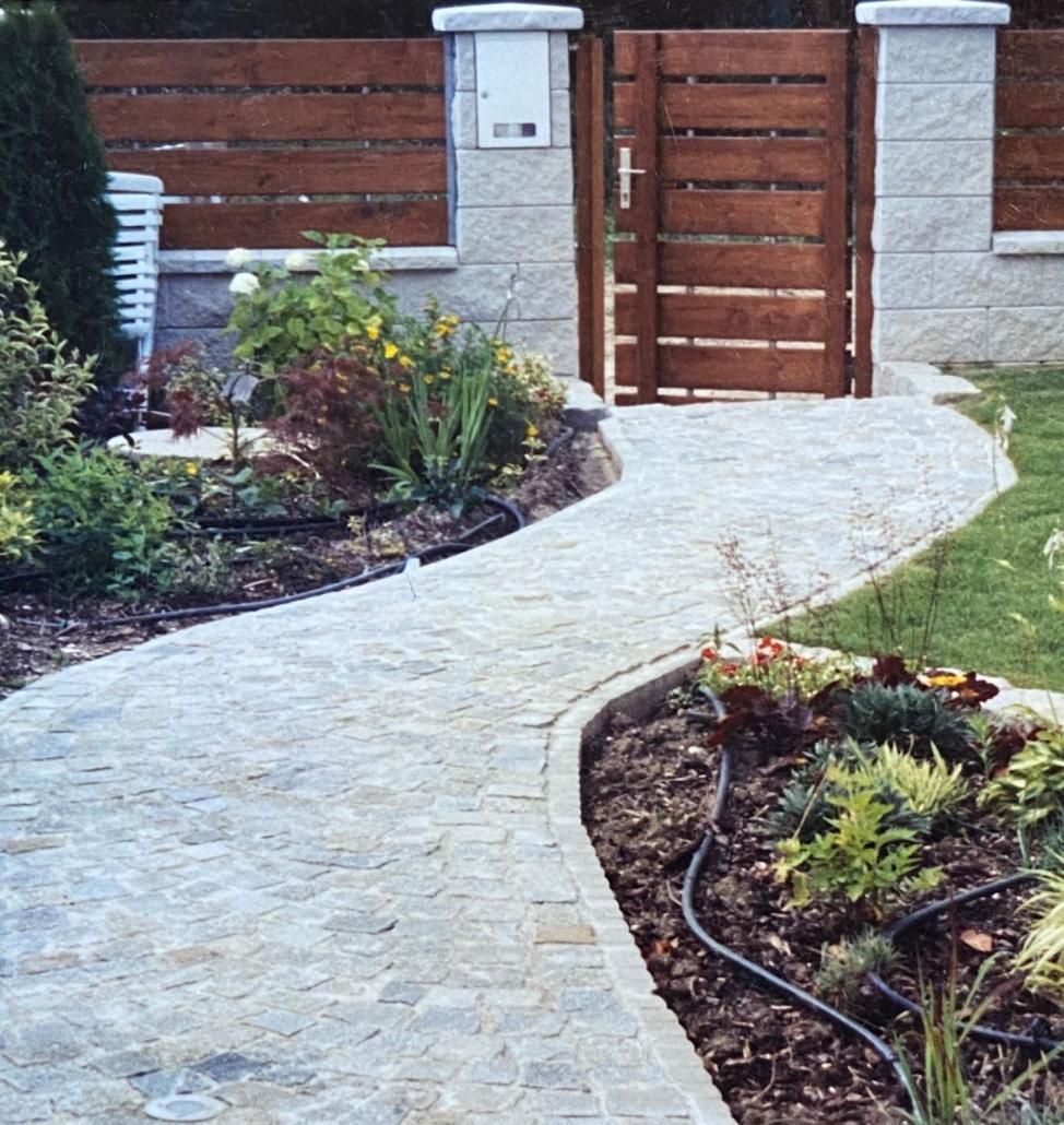 Granitwürfelweg mit Holzzaun