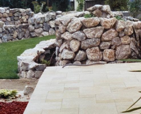 Grobsteinmauer als Designelement im Garten