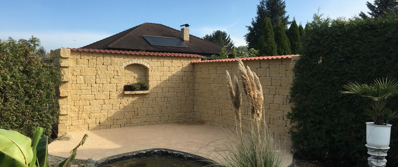 Natursteinmauer um Teich