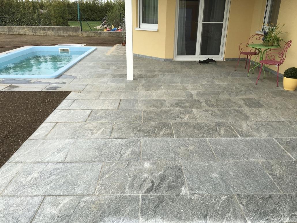 Natursteinpflasterung auf Terrasse und Pool