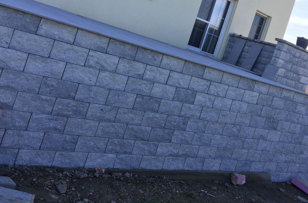 Betonsteinmauer um Terrasse