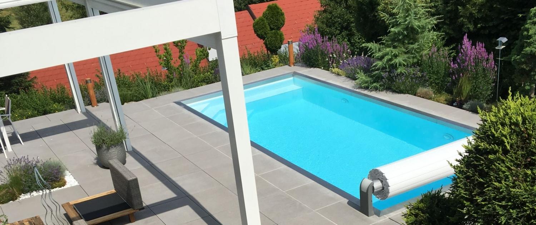 Beton-Terrasse mit Vordach und Pool