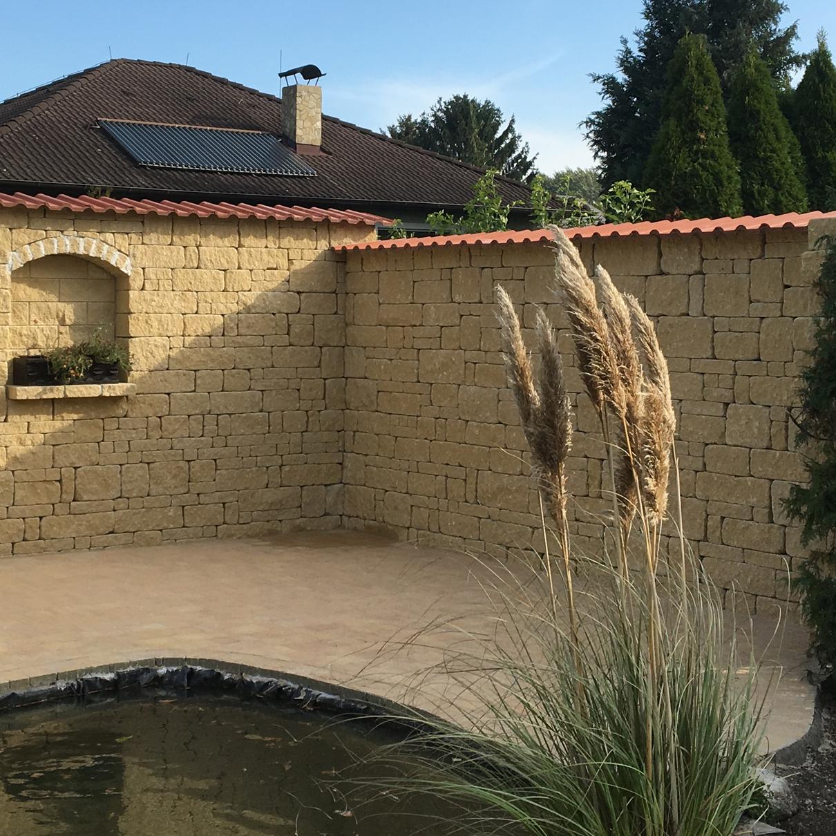 Natursteinmauer vor Teich
