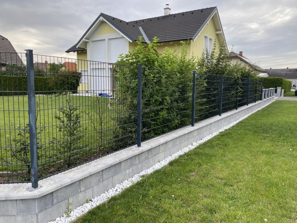 Doppelstabgitterzaum mit Betonfundament