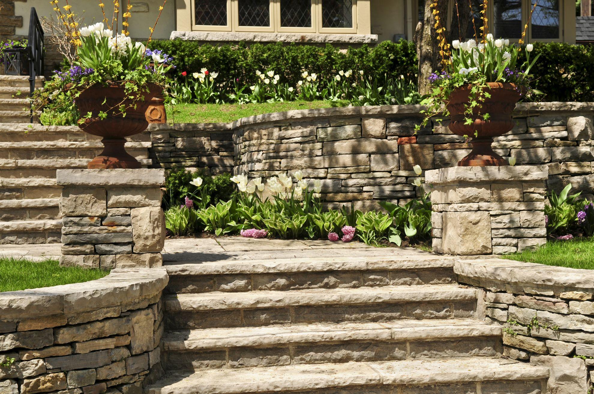Steintreppe mit Tulpen